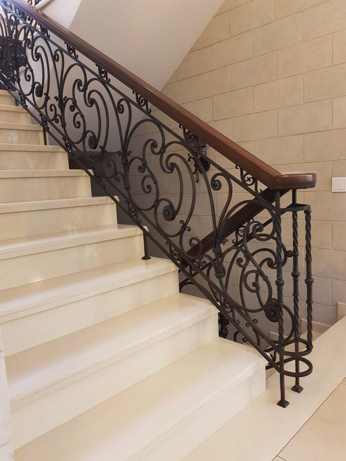 Дизайн гостинной в доме с лестницей